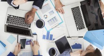 会議テーブルグラフとノートPC